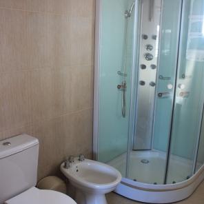 Baño principal con box de ducha
